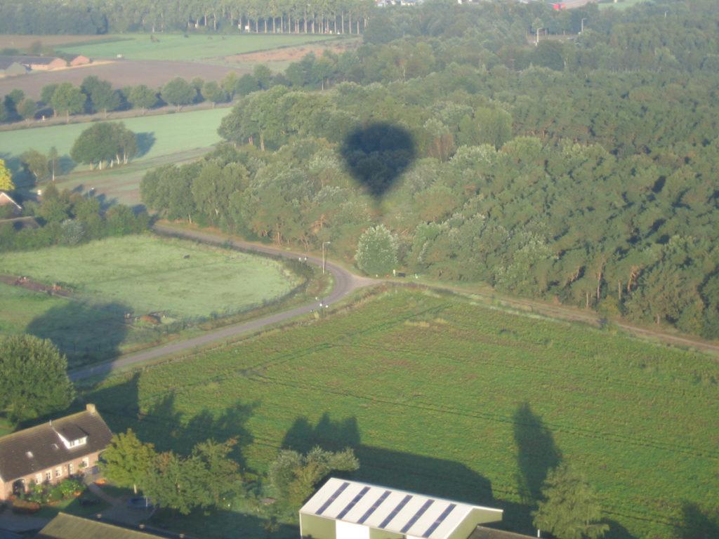 Ballonschaduw op de bomen