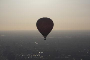 Op afstand zien we nog een ballon